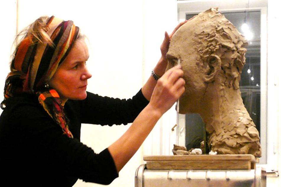 """Silke Rehberg (55) arbeitet an einer Plastik für ein Jesus-Modell. In Chemnitz schuf die Münsteranerin die Plastik """"Engel"""" am Moritzhof und das 1996 zerstörte Mahnmal vor der Alten Post."""