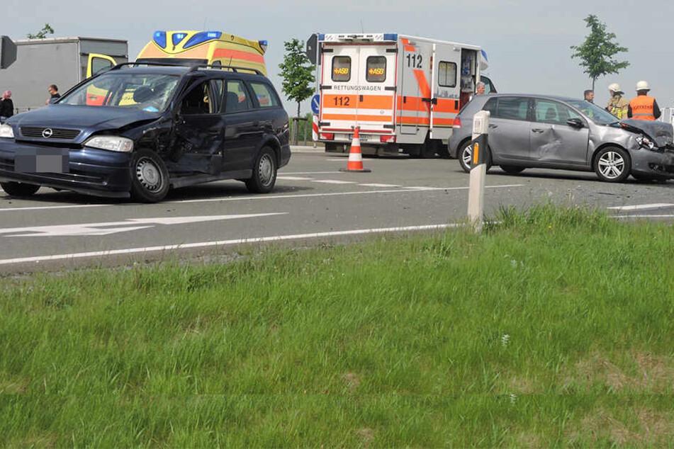 Beide Fahrer mussten ins Krankenhaus gebracht werden. Die Kreuzung wurde vollgesperrt.