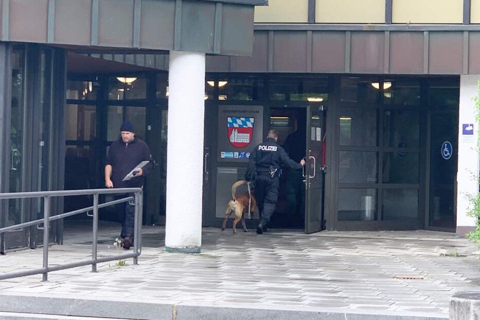 Nach einer Bombendrohung am Freitagmorgen sucht die Polizei mit Hunden das Landratsamt in Cham ab.