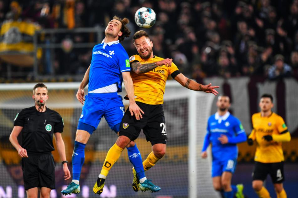Der eine könnte kommen, der andere ist weg: Yannik Stark (l., blaues Trikot) vom SV Darmstadt 98 im Kopfballduell mit Patrick Ebert.
