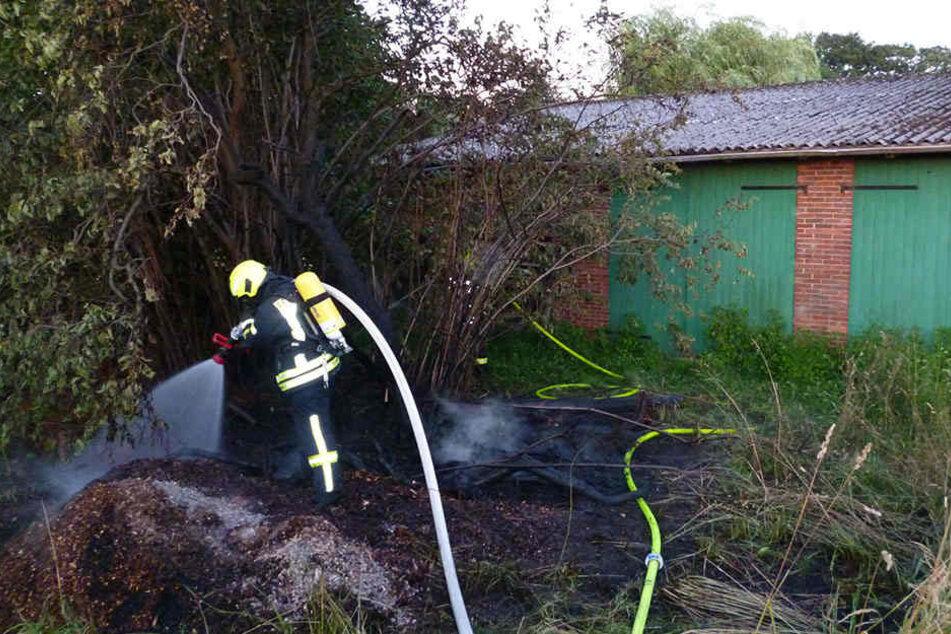 Ein Feuerwehrmann löscht die letzten Glutnester