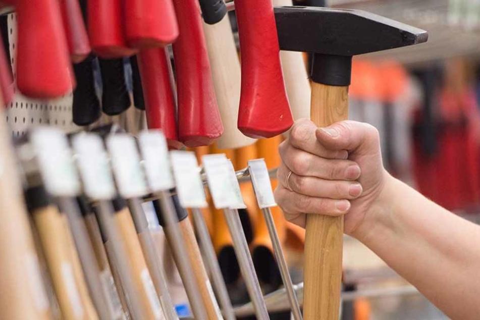 Mit einem Hammer soll ein 53-jähriger Obdachloser am Dienstagabend zwei Dutzend Autos beschädigt haben. Jetzt kam er in eine Psychiatrie. (Symbolfoto)