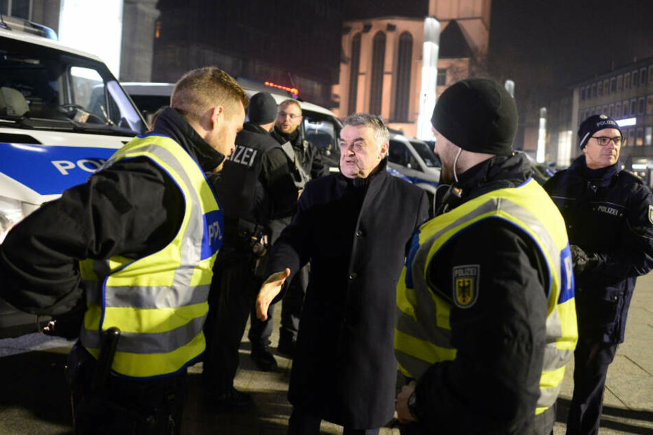 Herbert Reul (CDU, M), NRW-Innenminister, macht sich persönlich ein Bild von der Sicherheitslage rund um den Hauptbahnhof und am Dom.