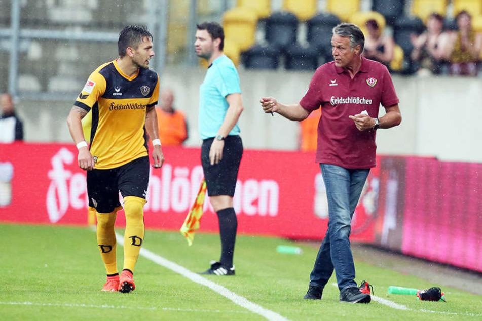 Dynamo-Coach Uwe Neuhaus (r.) verfolgte die Generalprobe mit skeptischem Blick