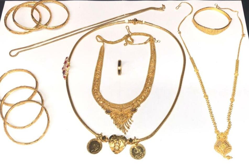 Der beschlagnahmte Gold-Schmuck. In der Mitte liegt der Ring mit Elefantenhaar.