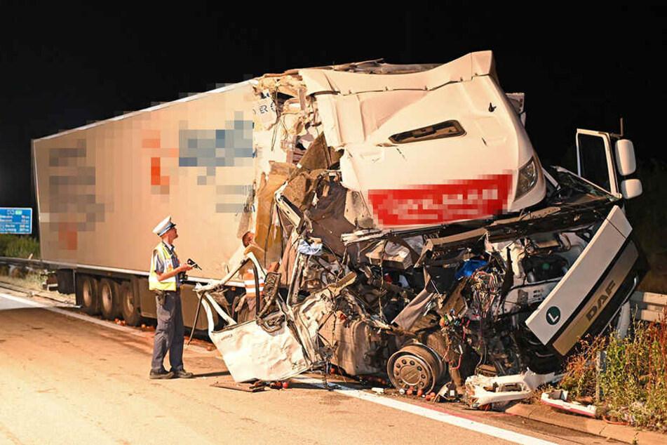 A4 nach schwerem Unfall dicht! Lkw will mitten auf der Fahrbahn Starthilfe geben