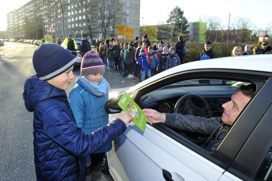 """Grüne Karte von Benny (9) und Abigail (9) an der Makarenko-Grundschule. Doch vorbildliche Autofahrer gab es bei """"Blitz für Kids"""" zu selten"""