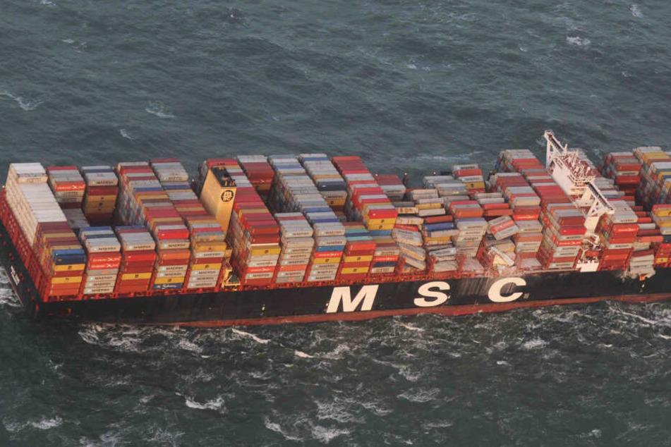 Zahlreiche Containerreihen stürzen um, die Fracht ging über Bord.