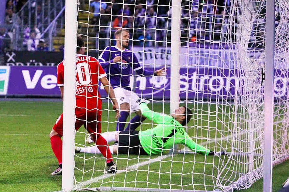 Pascal Köpke (M.) trifft im September 2016 im Trikot des FCE Aue gegen den VfL Bochum.