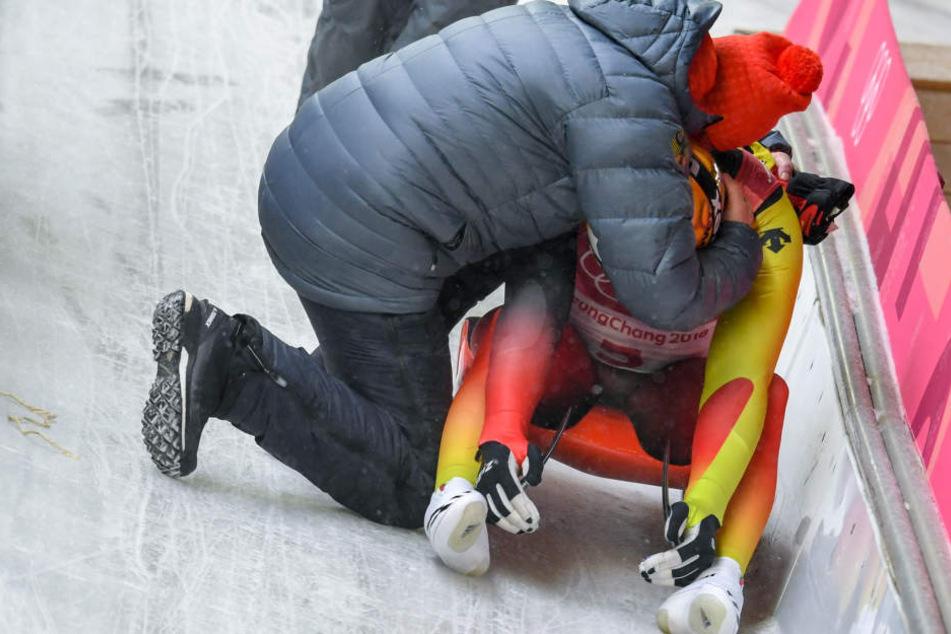 Der Moment, in dem Norbert Loch (links) seinen Sohn Felix tröstet.