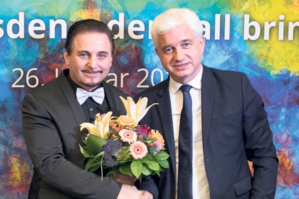 Ballchef Hans-Joachim Frey (52, r.) bedankt sich beim Dresdner Designer Uwe  Herrmann (54) für seine langjährige Mitarbeit.