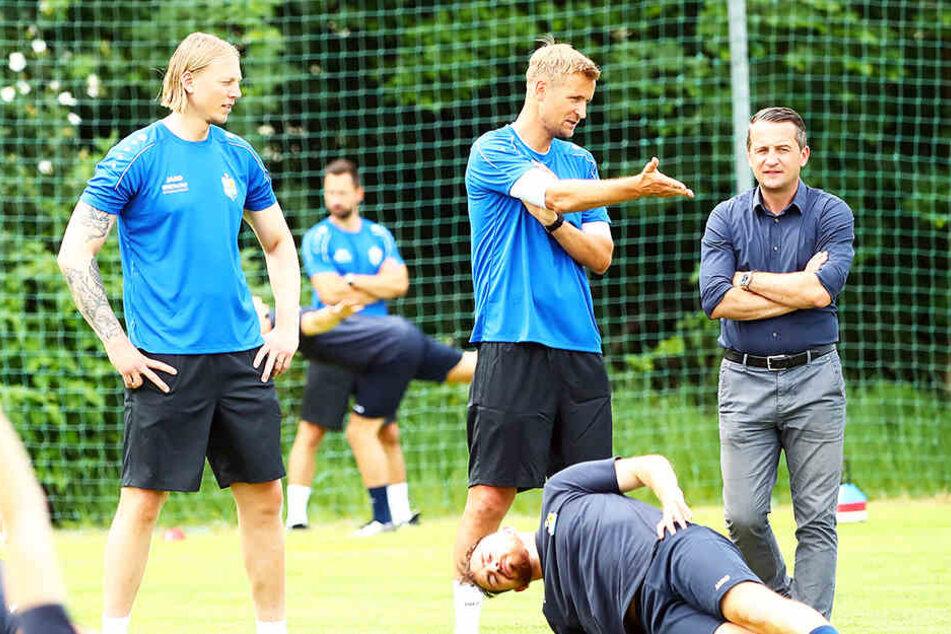 CFC-Sportchef Thomas Sobotzik (r.) beim Trainingsauftakt im Gespräch mit Trainer David Bergner.