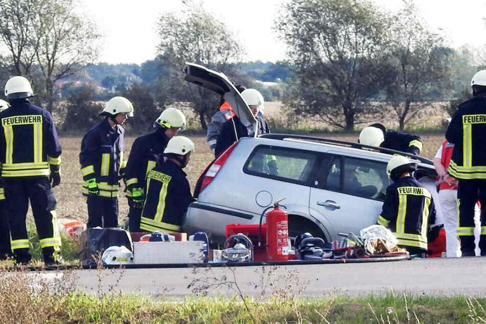 Rettungskräfte mussten den schwer verletzten Mann aus seinem Ford befreien.