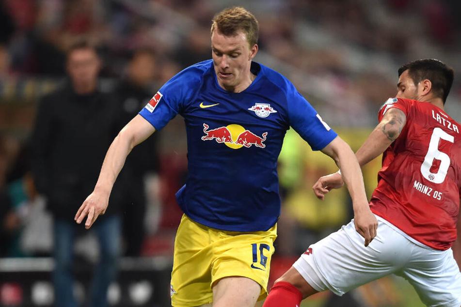 War nach dem unentschieden merkbar enttäuscht: RB Leipzigs Lukas Klostermann, hier im Zweikampf mit dem Mainzer Danny Latza.