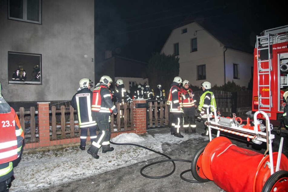 Drei Verletzte nach Brand: Feuerwehr wirft brennende Möbel aus Fenster