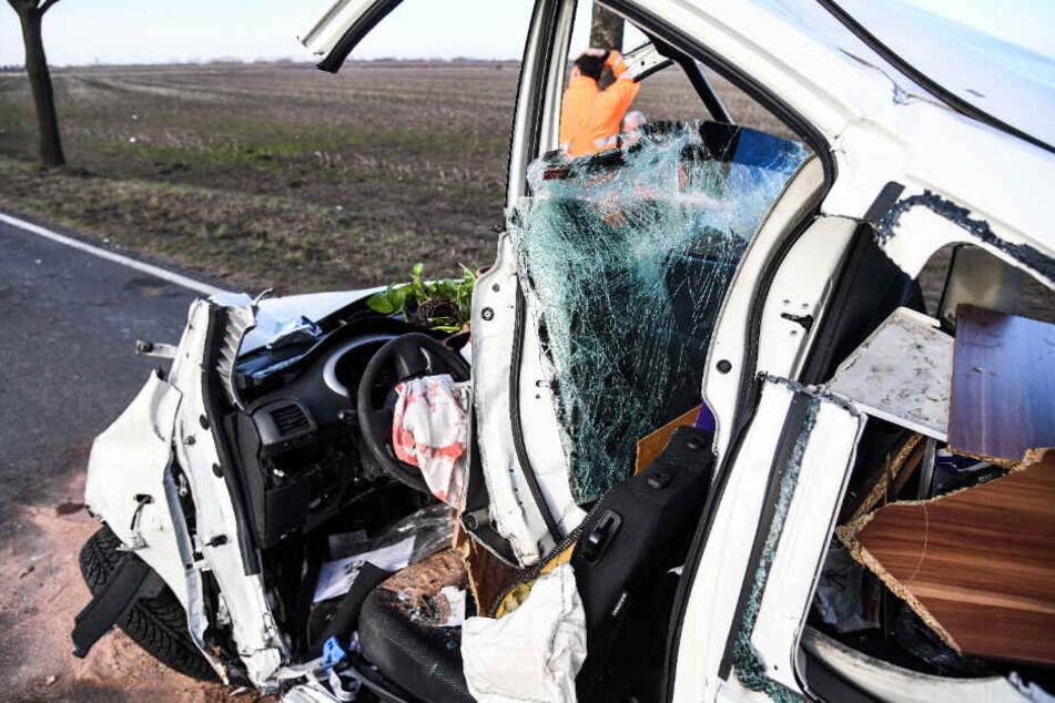 Die Fahrerin wurde mit schwersten Verletzungen in ein nahegelegenes Krankenhaus gebracht.