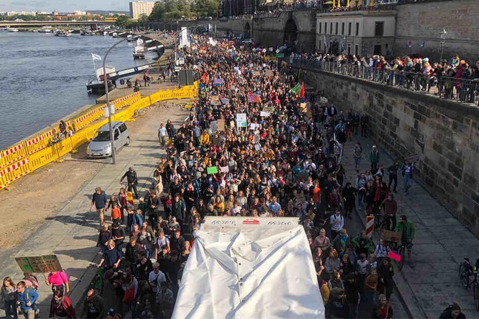 Die Protestler ziehen friedlich durch die City.