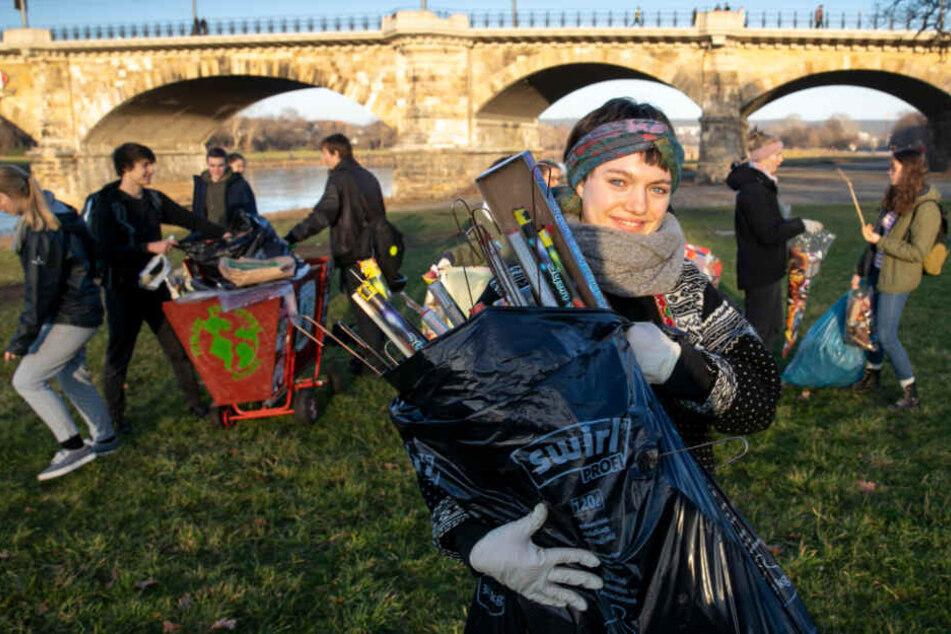 """Schülerin Juliane Schnur (17) schnürte mit ihren Mitstreitern der """"Fridays for Future""""-Bewegung an den Elbwiesen mehr als 100 Säcke Müll."""