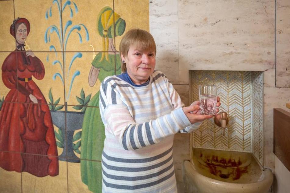 Quellenfrau Ingrid Mootz (61) trägt Streifen. Vor hundert Jahren arbeiteten  Brunnenmädchen noch in Tracht.