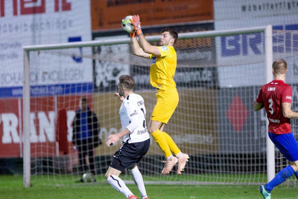 Sicher pflückt Joshua Mroß den Ball aus der Luft. Hier trägt der Schlussmann noch das Trikot des Wuppertaler SV, ab sofort wird er aber das Dress der himmelblauen Chemnitzer übestreifen.