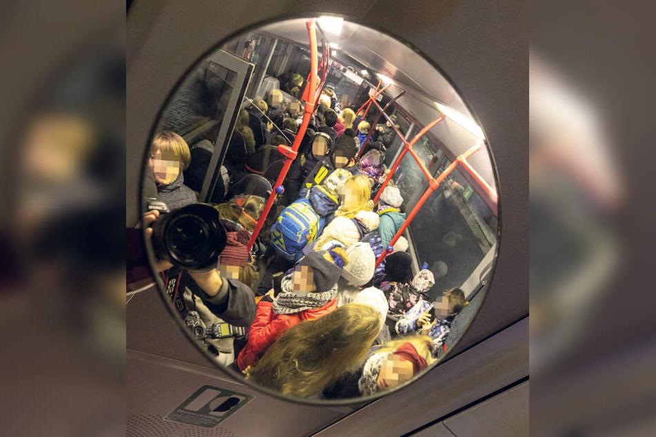 Überfüllt und gefährlich: Eltern kritisieren die beengten Platzverhältnisse im Schulbus.
