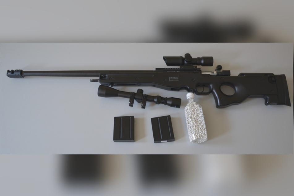 Mit diesem Softairgewehr schossen die beiden jungen Leute aus einem Fenster.