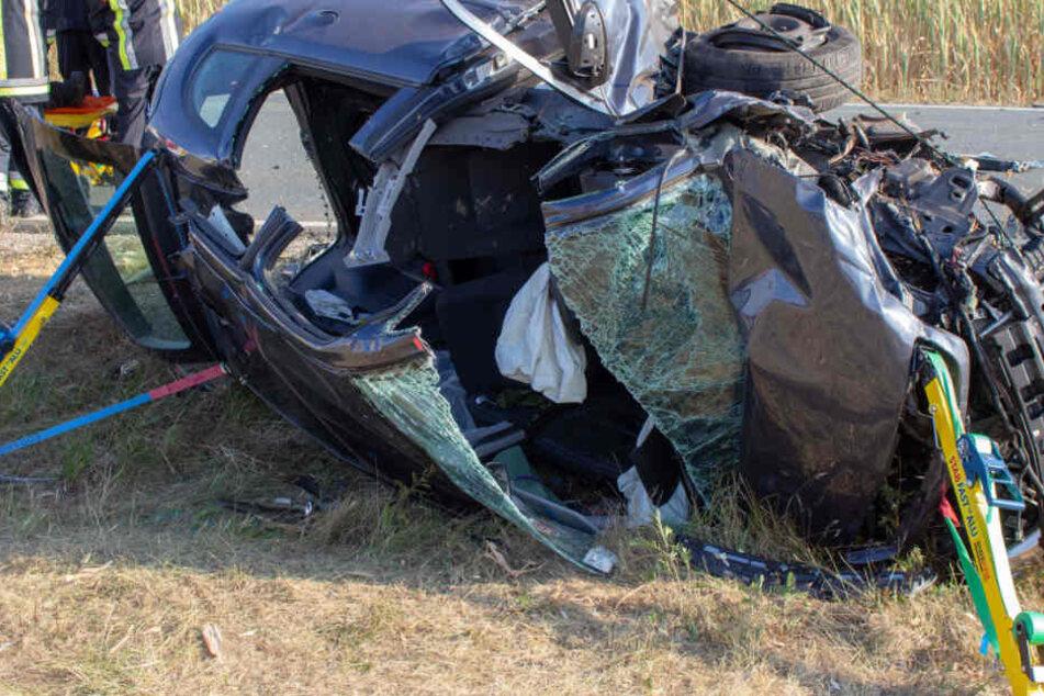 Horror-Crash: Drei Autos rasen ineinander, Seat landet 100 Meter entfernt in Feld