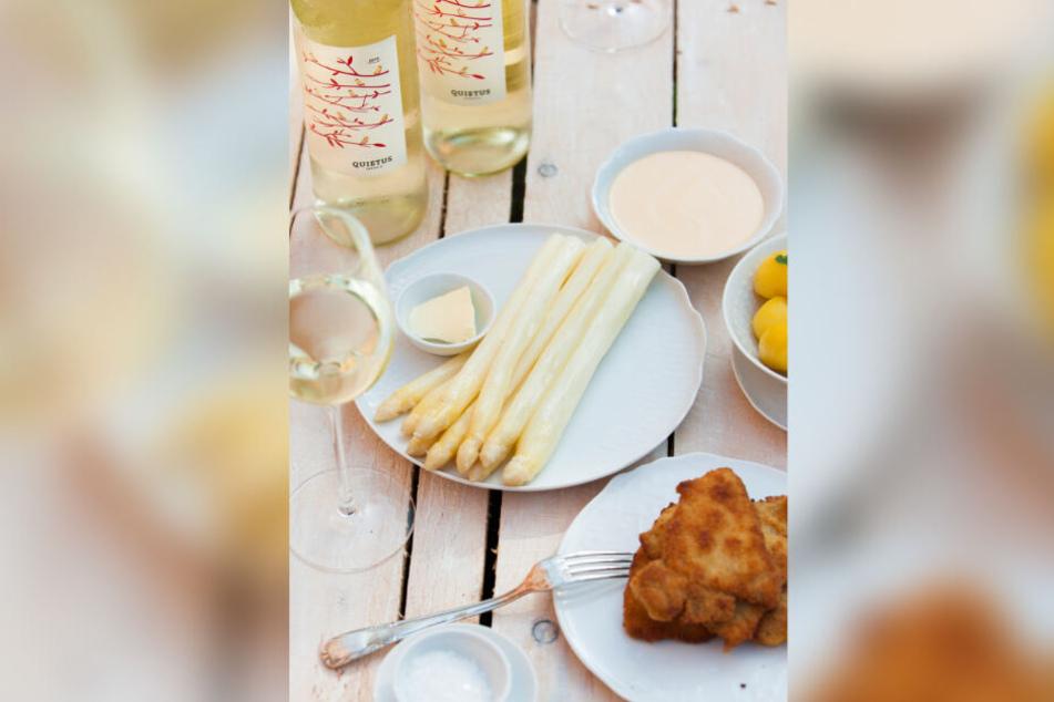 Das sind für viele Menschen die typischen Begleiter zu weißem Spargel: Schnitzel, Weißwein und eine Sauce Hollandaise.