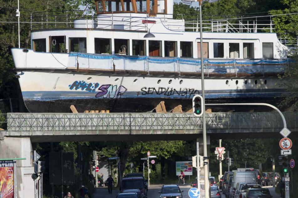 Der ausgemusterte Dampfer auf einem Abstellgleis aus einer Brücke im Stadtteil Sendling
