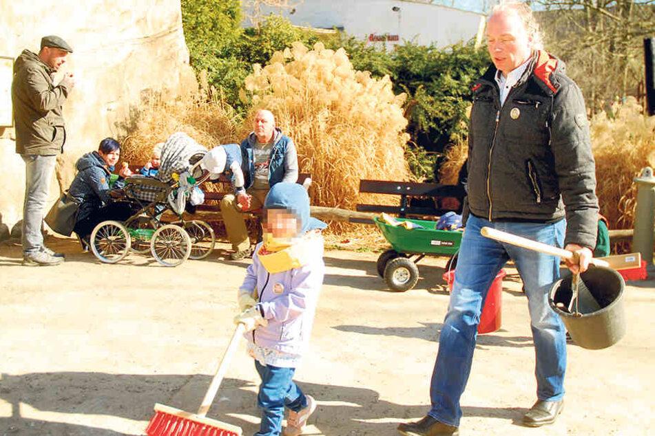Mit Eimer, Besen und Handfeger: André Sarrasani (45) beim Putzeinsatz im Zoo.