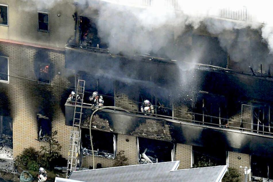 Ein Mann soll eine brennbare Flüssigkeit versprüht und dann das Feuer gelegt haben.