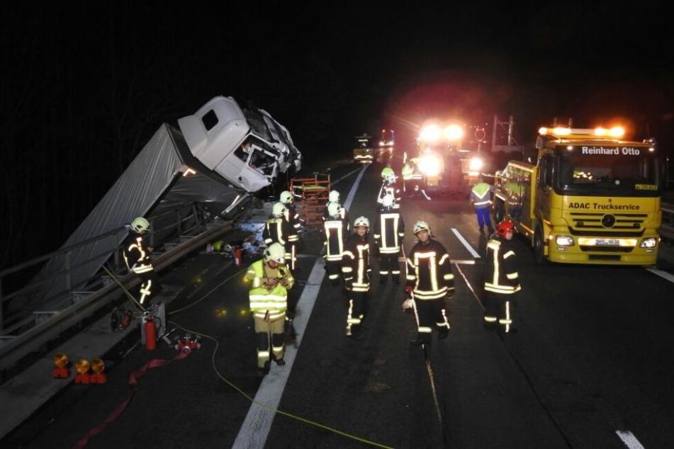Der Unglückslaster wiegt gut 15 Tonnen, die Bergungsarbeiten werden sich bis tief in die Nacht hinziehen.