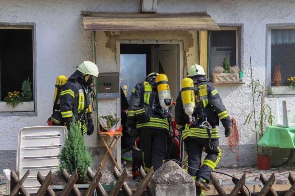 Feuerwehrkräfte am Brandort in Köln-Flittard.