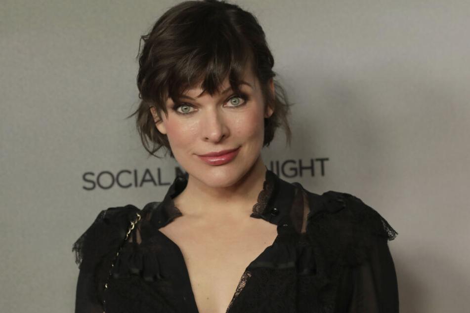 Milla Jovovich (43).