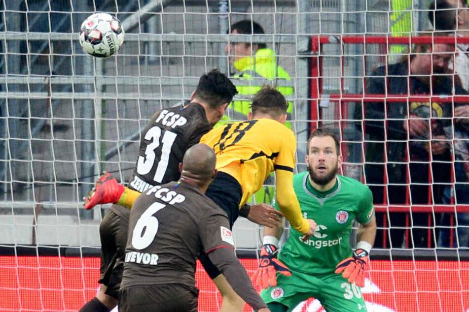 Torwart Robin Himmelmann konnte den Kopfball von Dresdens Jannik Müller nur hinterher schauen.