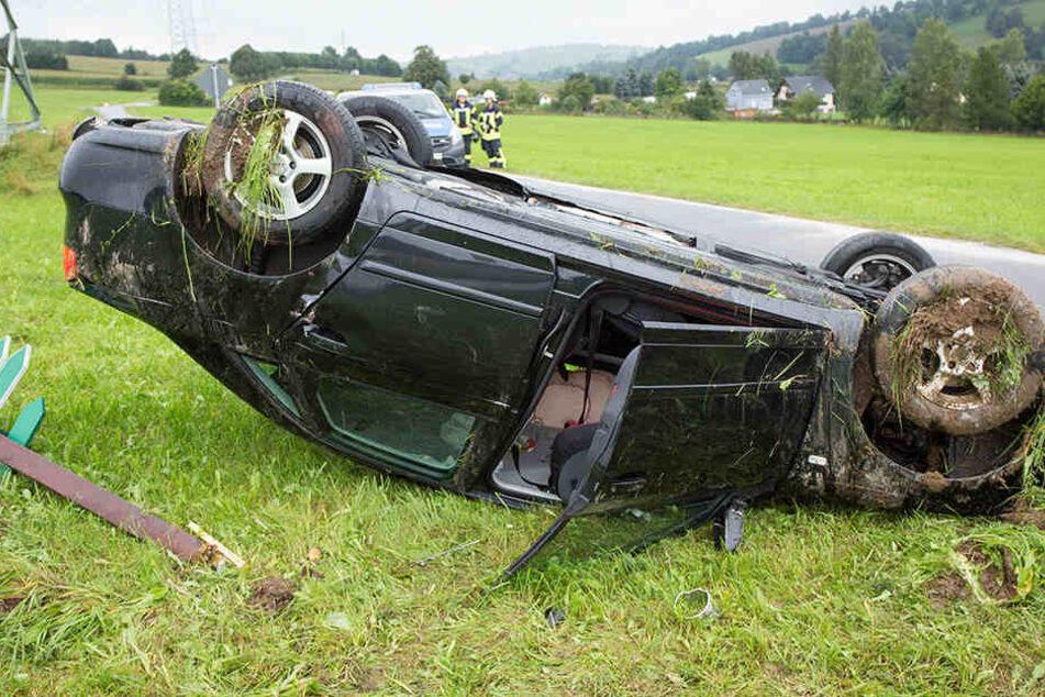 Der Audi überschlug sich und landete auf dem Dach.