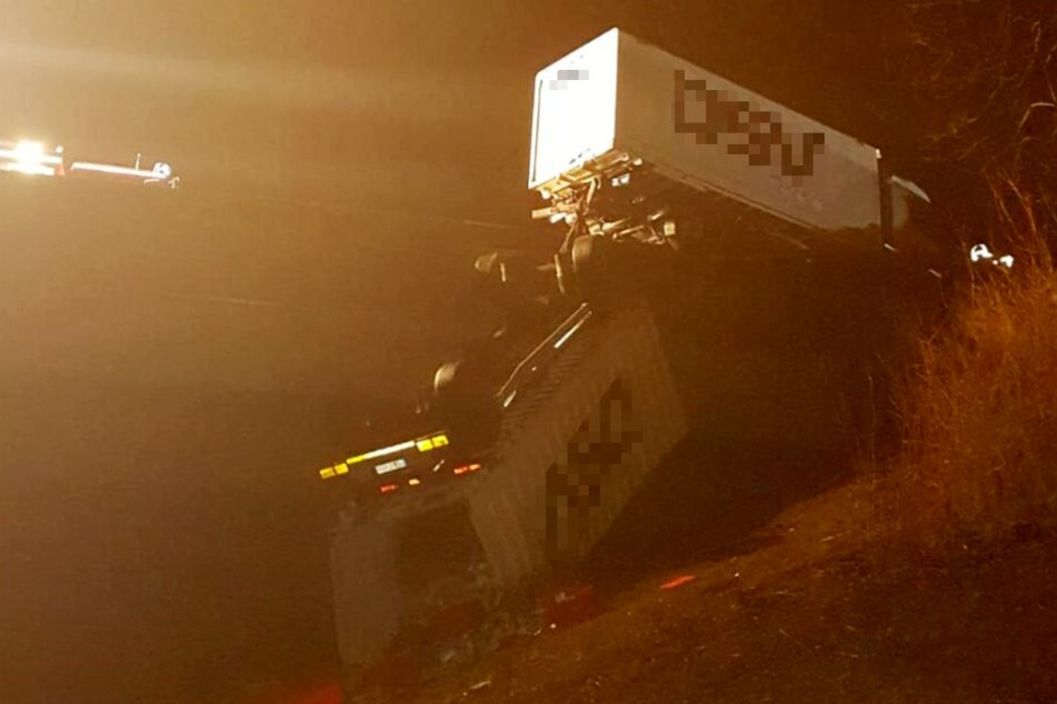 Lkw-Anhänger stürzt nach schwerem Autobahn-Unfall von Brücke