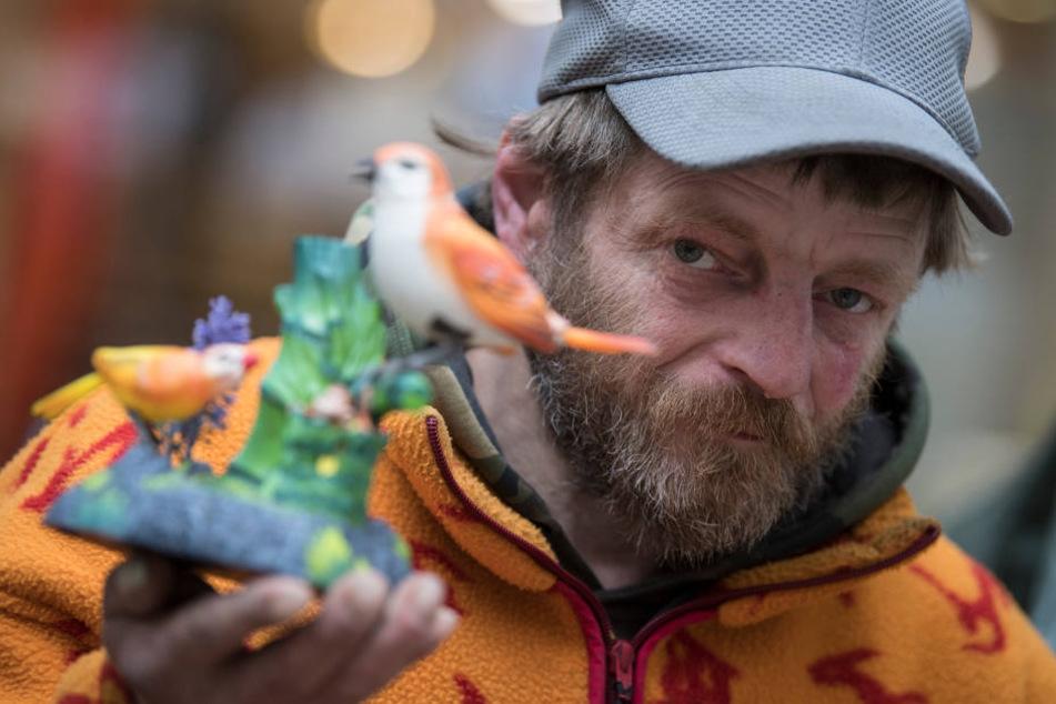 Der Obdachlose Reiner Schaad baut jeden Tag in Frankfurt seine Spielsachen auf.