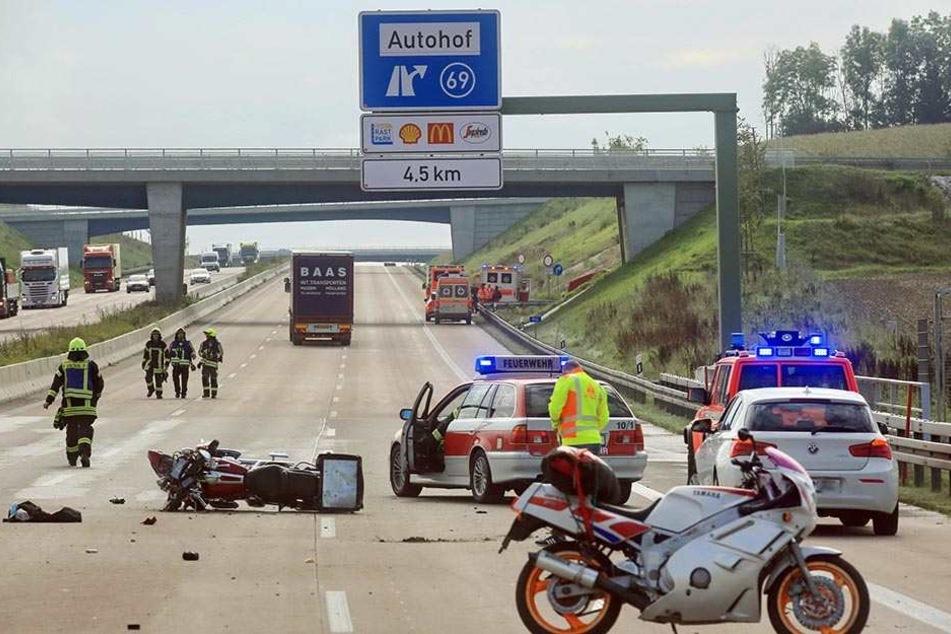 Rettungskräfte stehen am 5. September bei Burgau auf der A8. Ein Gaffer filmte einen sterbenden Biker und wurde nun zu einer hohen Geldstrafe und Fahrverbot verurteilt.