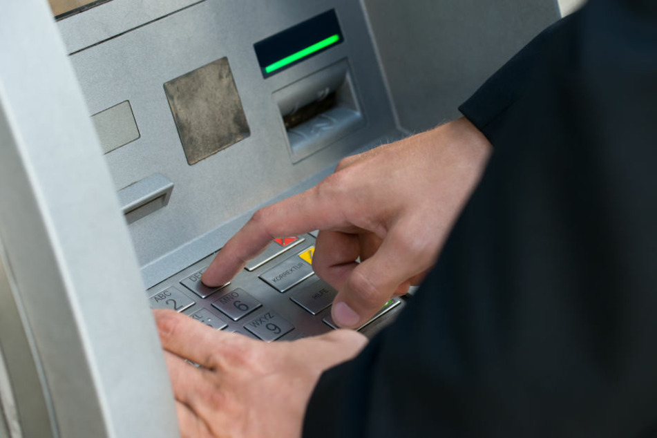 Die Täter wollten den Geldautomaten sprengen. (Symbolbild)