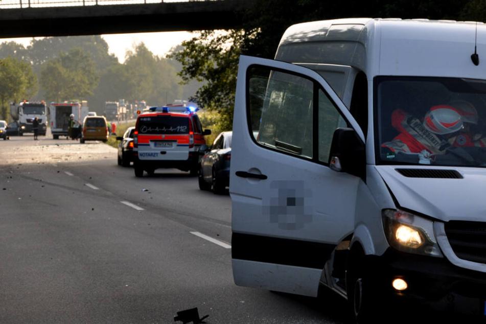 Rettungskräfte versorgen den verletzten Fahrer in dem unfallbeteiligten Transporter.