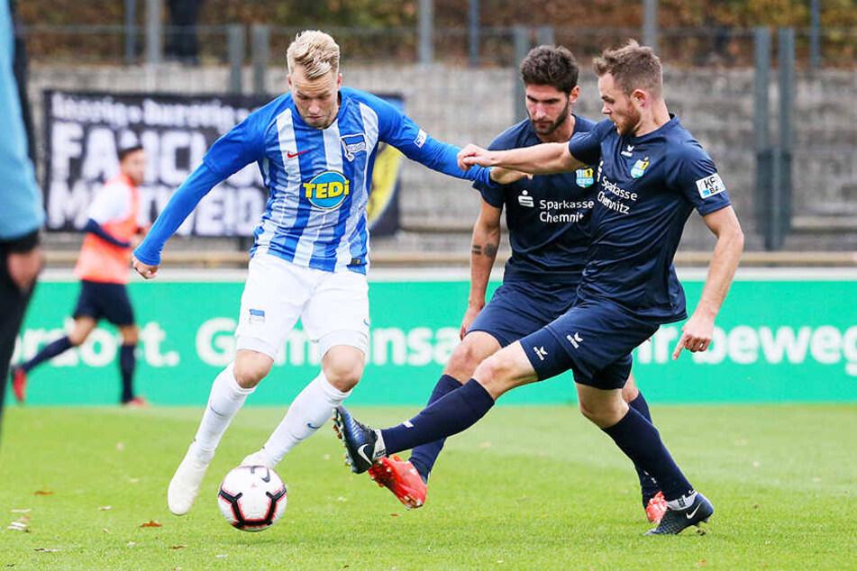 """Pascal Köpke (l.) für die """"U23"""" der Hertha im Regionalliga-Duell mit dem Chemnitzer FC im Kampf um den Ball mit Tobias Müller (r.) und Niklas Hoheneder."""