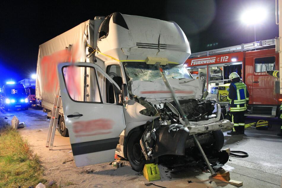 Schwerer Unfall auf der A38: Kleintransporter kracht in Lkw