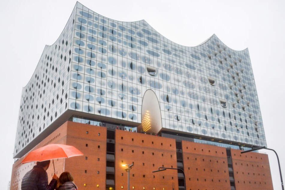 Trotz des Regens lockt die Elbphilharmonie Besucher an.