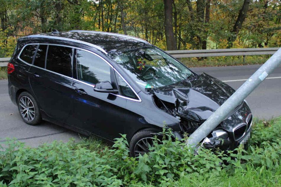 Bis zur Hälfte hat sich die Laterne in den Motorraum des BMW gebohrt.