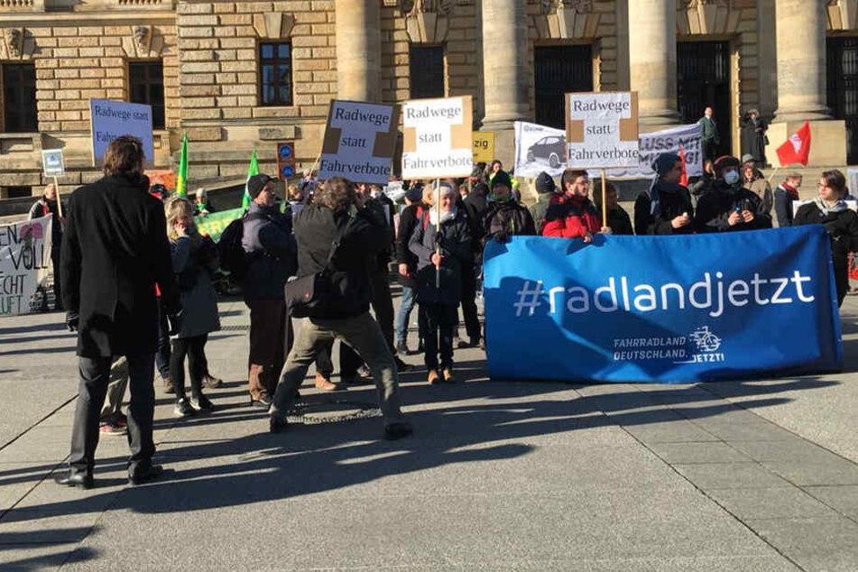 Etliche Bürger haben sich vor dem Bundesverwaltungsgericht versammelt, um für das Dieselfahrverbot zu demonstrieren.