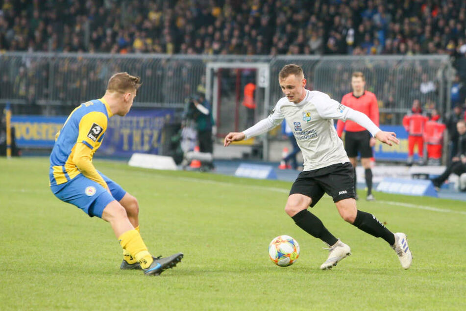 CFC-Stürmer Nils Blumberg im Zweikampf mit Martin Kobylanski.
