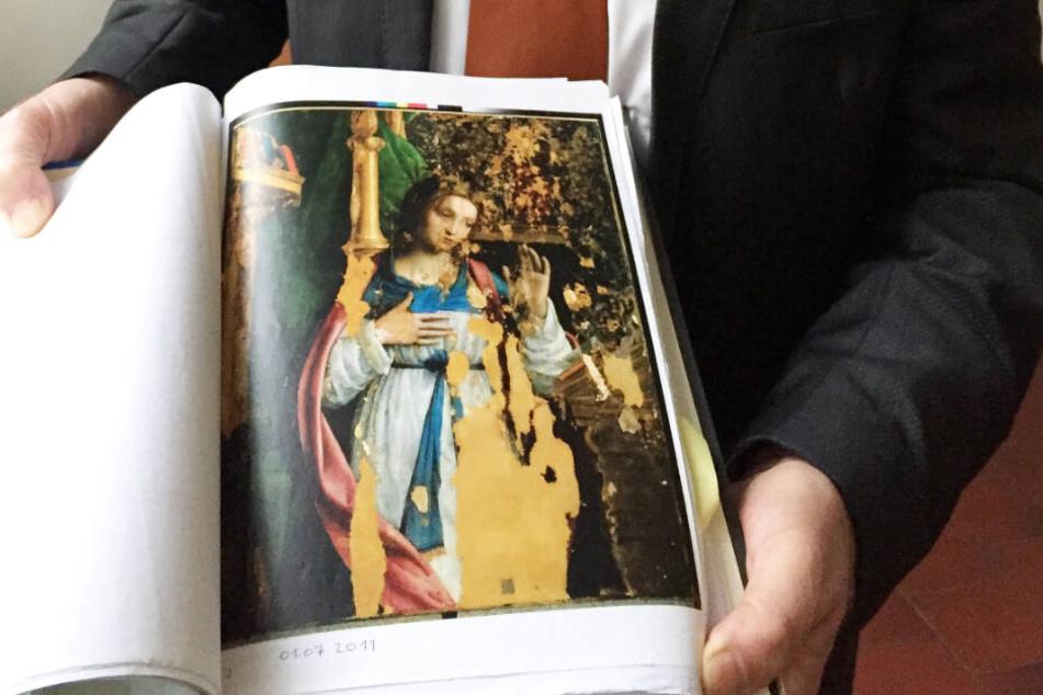 Der Anwalt der Familie von Ex-Olympiasieger Armin Hary hält eine Abbildung der Verkündigungsmadonna in die Kamera. Um das Gemälde, das von Leonardo da Vinci stammen soll, gibt es einen jahrelangen Rechtsstreit zwischen der Familie und einem Galeristen.