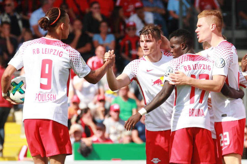 Poulsen (li.) und Sabitzer (2.v.l.) sorgten für einen nie gefährdeten 5:0-Erfolg für RB Leipzig gegen Sechstligist Dorfmerkingen.