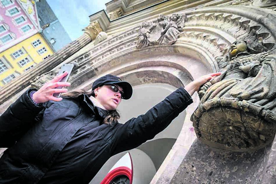 Kristin Landmann (35) vom SFZ Förderzentrum ertastet Figuren am Lucretia-Portal.